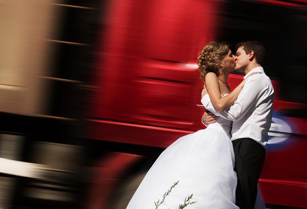 идеи для свадебной съемки: на трассе